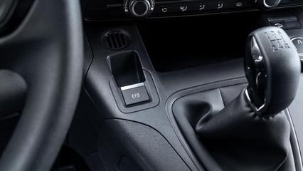 NOUVEAU PEUGEOT PARTNER: frein secondaire électrique. En plus de sa facilité d'usage au quotidien, un grand rangement ou une place plus large en version 3 places prend la place libérée par le frein à main